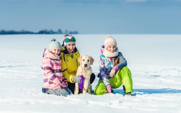 Mère et filles avec chien