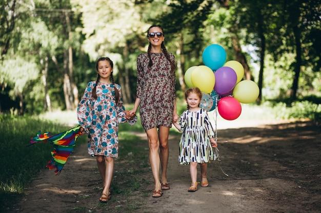 Mère avec des filles dans le parc