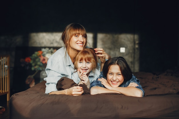 Mère avec filles à la maison