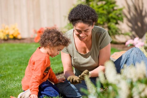 Mère avec fils (2-3) dans le jardin