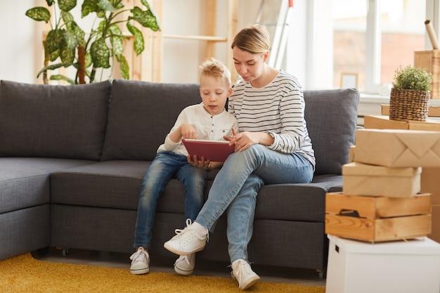 Mère et fils à l'aide d'une application mobile sur tablette