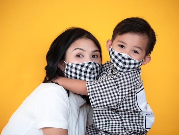 Mère et fils asiatique montrent l'amour et portent un masque