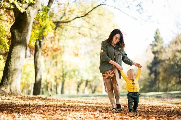 Mère et fils en automne parc