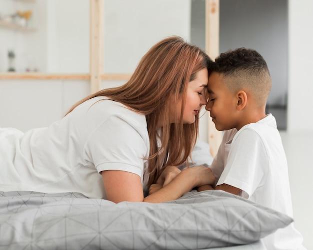 Mère et fils ayant un moment spécial ensemble