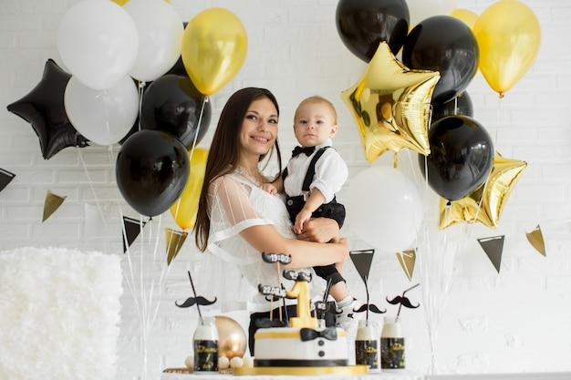 Mère et fils célébrant ensemble le 1er anniversaire