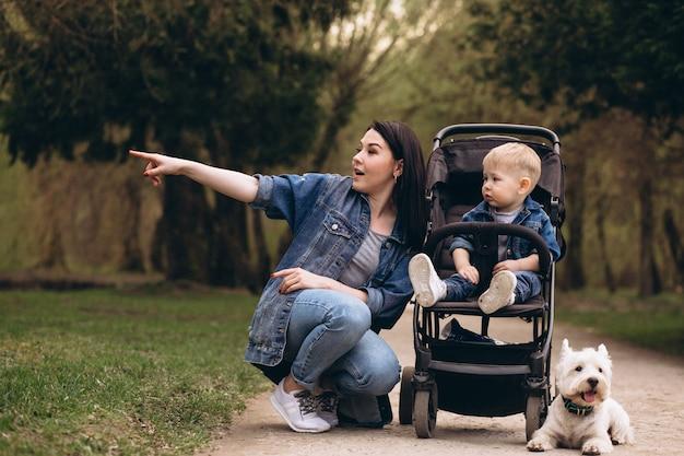 Mère avec fils et chien