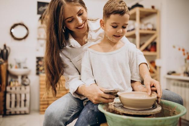 Mère avec fils à un cours de poterie