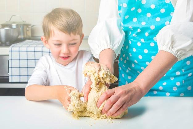 Mère et fils la cuisson des boulettes végétariennes avec purée de pommes de terre