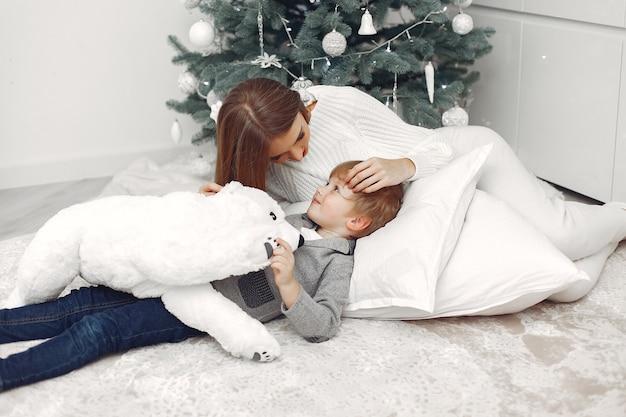 Mère avec fils dans une décoration de noël