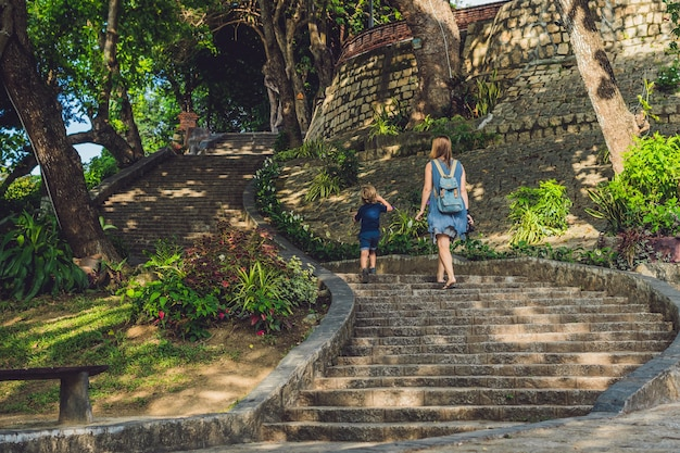 Mère et fils enfant en bas âge touristes au vietnam po nagar cham tovers