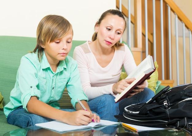 Mère avec fils à faire ses devoirs