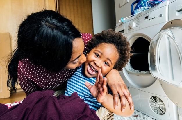 Mère et fils font le ménage ensemble