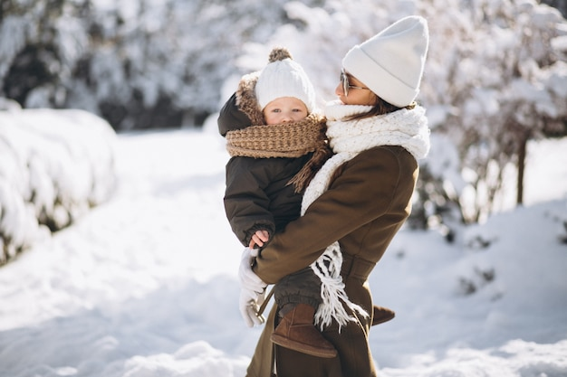 Mère et fils en hiver