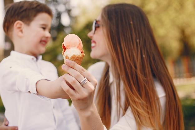 Mère avec fils jouant dans un parc d'été