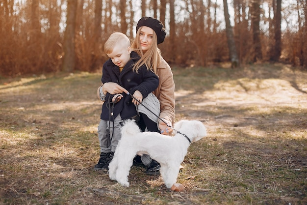 Mère avec fils jouant dans un parc