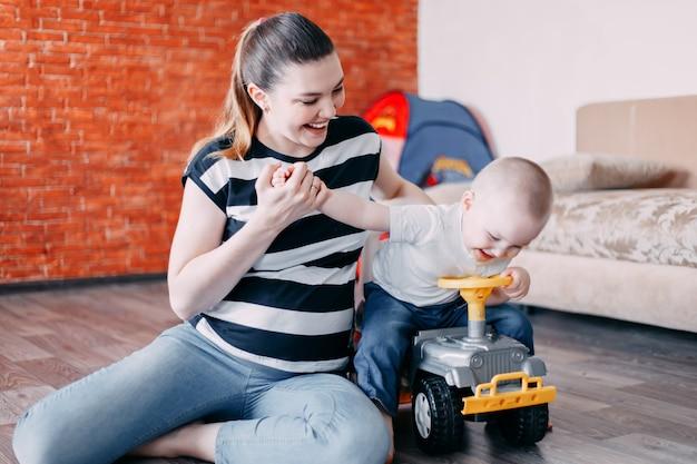Mère et fils jouer à la maison