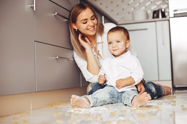 Mère avec fils à la maison