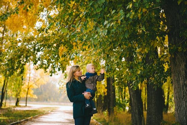Mère et fils marchant dans le magnifique parc d'automne