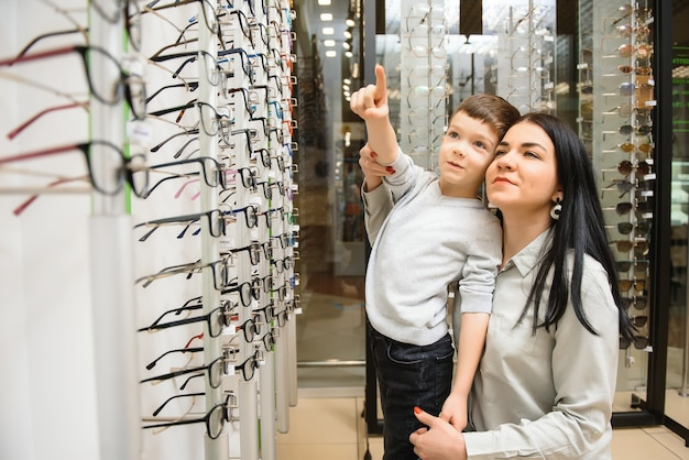 Mère avec fils mignon. famille acheter des lunettes