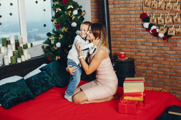 Mère avec fils mignon fête noël
