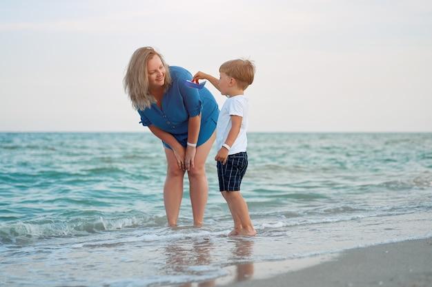 Mère fils passer du temps ensemble vacances mer jeune maman enfant petit garçon marche plage