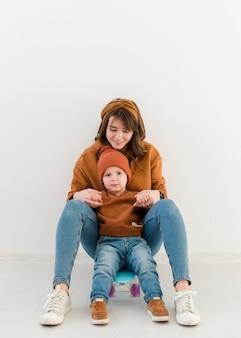 Mère et fils sur planche à roulettes