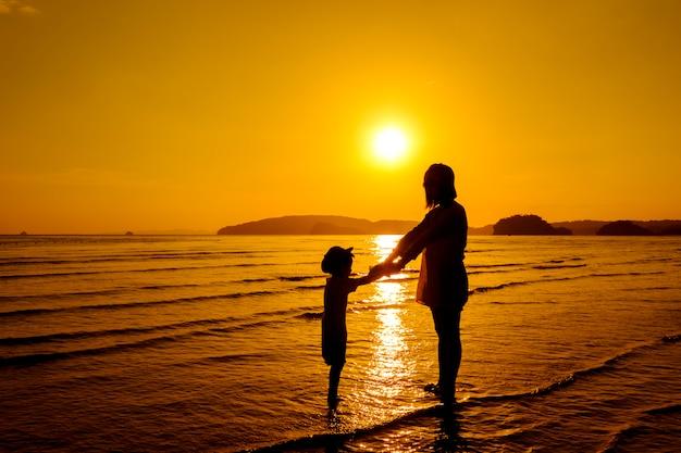 Une mère et un fils en plein air au coucher du soleil avec un espace de copie