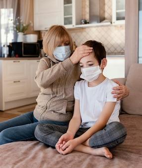 Mère et fils portant un masque