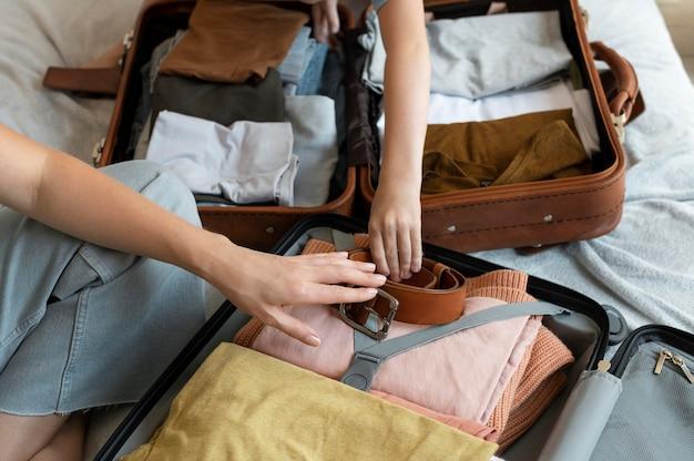 Mère et fils préparent une valise pour leurs vacances