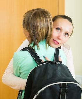 Mère et fils près de la porte