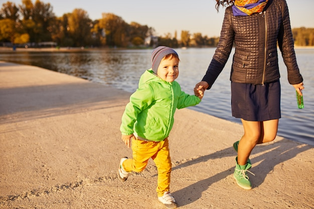 Mère et fils s'amusant au bord du lac