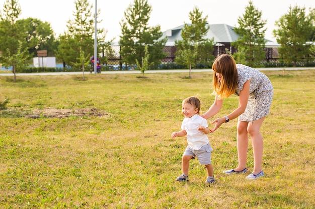 Mère et fils s'amusant dans la nature estivale.