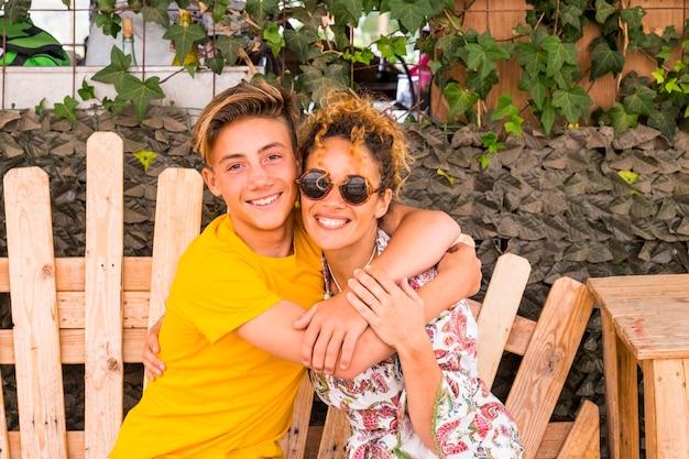 Mère et fils s'embrassant avec le sourire et profitant du temps libre ensemble