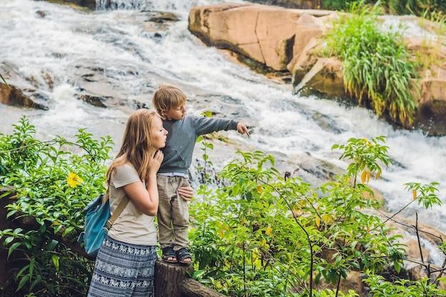 Mère et fils à la surface de la belle cascade de camly dans la ville de da lat,
