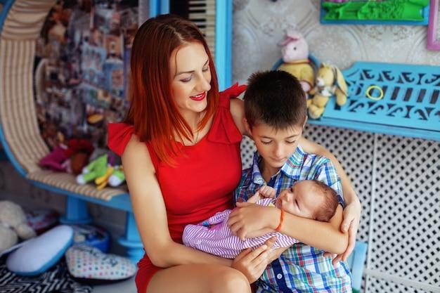 Mère et fils tenant sa fille dans ses bras.