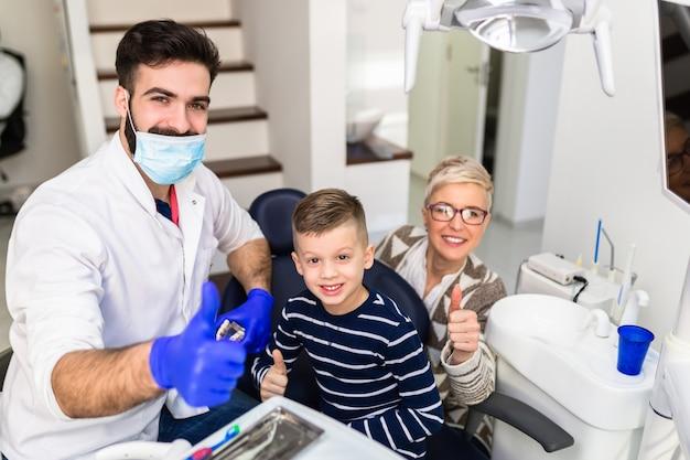 Mère et fils en visite chez le dentiste.