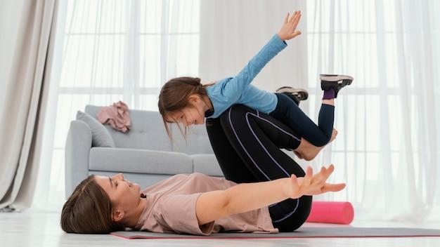 Mère formation avec enfant à la maison