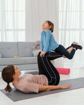 Mère formation avec enfant plein coup