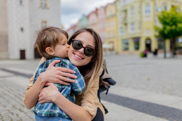 Mère avec un garçon en bas âge dans le vieux centre-ville.