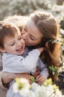 Une mère heureuse embrasse son fils qui rit