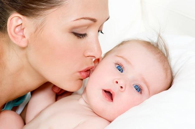 Mère heureuse avec joli bébé nouveau-né