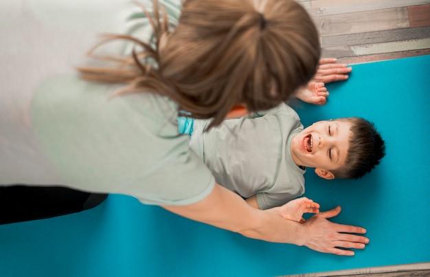 Mère heureuse de s'entraîner avec son fils