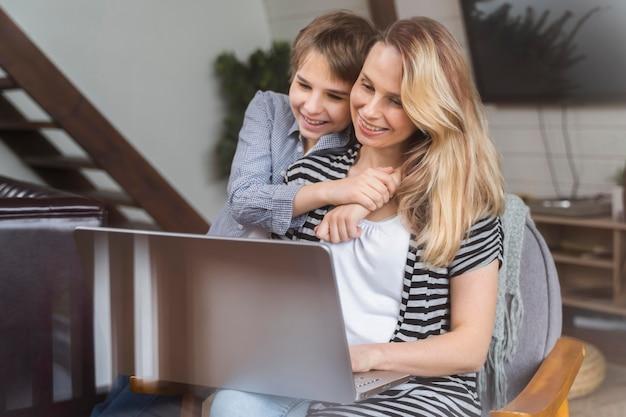 Mère heureuse de travailler à domicile avec son fils