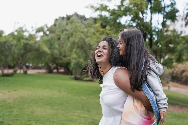 Mère indienne avec sa petite fille dans le parc de la ville. amour hindou de la mère et de l'enfant