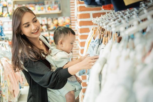 Une mère indonésienne fait ses courses pour son fils dans la boutique pour bébé