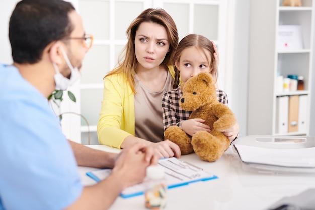 Mère inquiète dans le cabinet du médecin