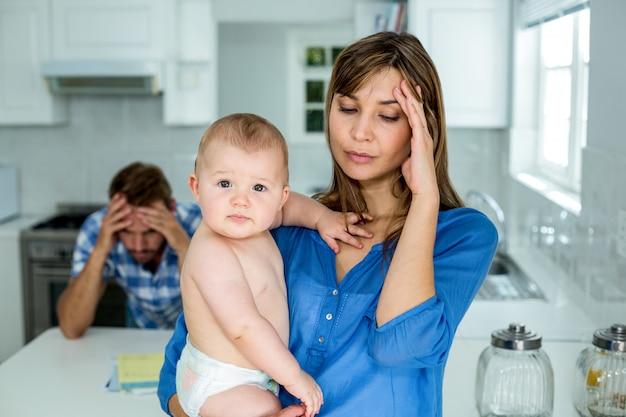 Mère Inquiète Portant Bébé à La Maison Photo Premium