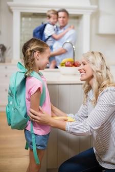Mère interagissant avec sa fille tout en allant à l'école