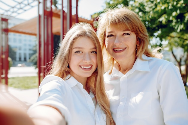 Mère avec jeune fille dans un parc d'été