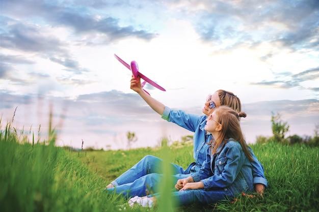 Mère jouant avec avion près fille